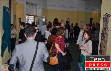 """Femeia la expozitia """"Blossom: Fashion & Jewellery"""""""